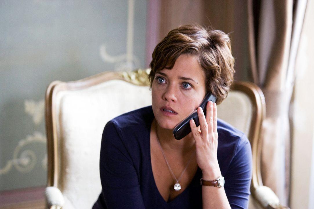 Paula (Muriel Baumeister) bekommt einen Anruf von ihrem Chef Urs und ist entrüstet, als sie von der ohne ihre Meinung erteilten Abschussgenehmigung... - Bildquelle: Lukas Unseld Sat.1
