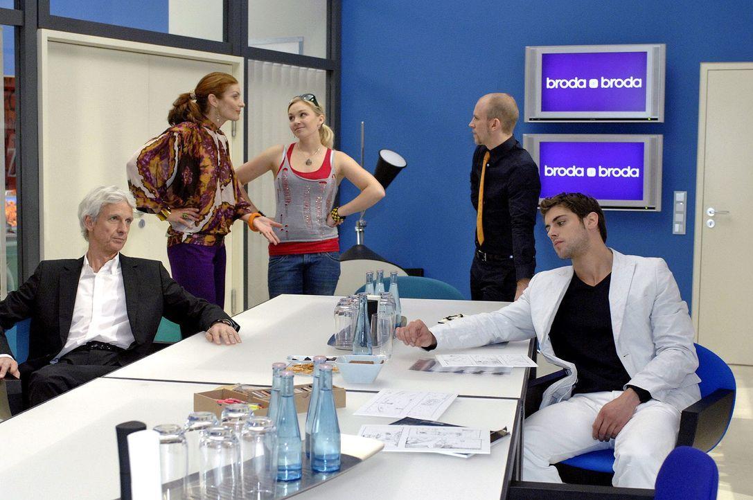 Die Brodas sind entsetzt über Nancys Verhalten. v.l.n.r.: Robert (Mathieu Carrière), Natascha (Franziska Matthus), Nancy (Jil Funke), Gerrit (Lars L... - Bildquelle: Oliver Ziebe Sat.1
