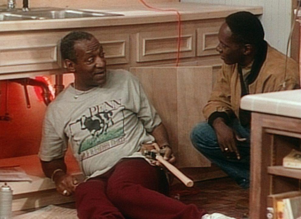Cliff (Bill Cosby, l.) ist froh, dass Dabnis (William Thomas, r.), Vanessas Verlobter, ihm beim Einbau und fachgerechten Anschluss seines neuen Küh... - Bildquelle: Viacom