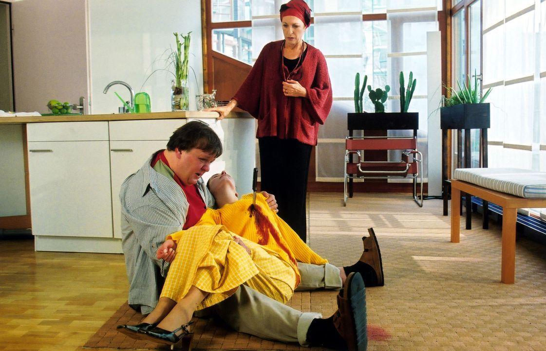 Fassungslos findet Frau Lindner (Daniela Ziegler, r.) ihren geistig behinderten Sohn Peter (Sven Pippig, l.) mit der Leiche der Nachbarstochter Claudia ...