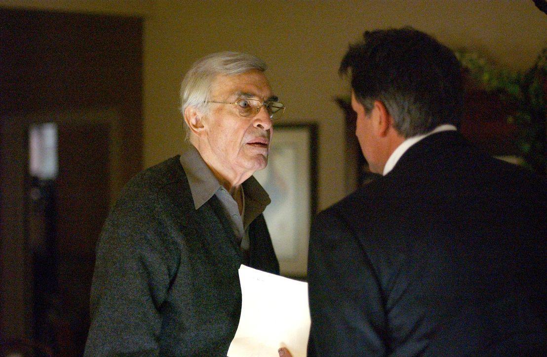 Beim Treffen mit seinem Vater Frank (Martin Landau, l.) gibt es für Jack (Anthony LaPaglia, r.) viel zu besprechen ... - Bildquelle: Warner Bros. Entertainment Inc.