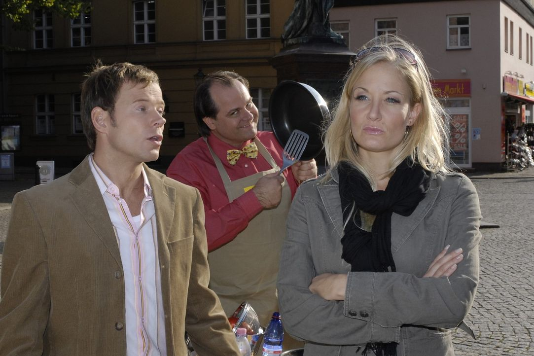 Janine (Janine Kunze, r.) ärgert sich über ihren Mann (Mathias Schlung, l.). Der Pfannenverkäufer (Markus Majowski, M.) nutzt die Stimmungslage u... - Bildquelle: Sat.1