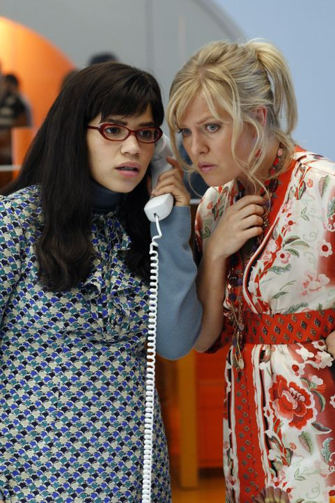 Betty (America Ferrera, l.) und Christina (Ashley Jensen, r.) versuchen, so gut es geht, alles zu organisieren ... - Bildquelle: Buena Vista International Television