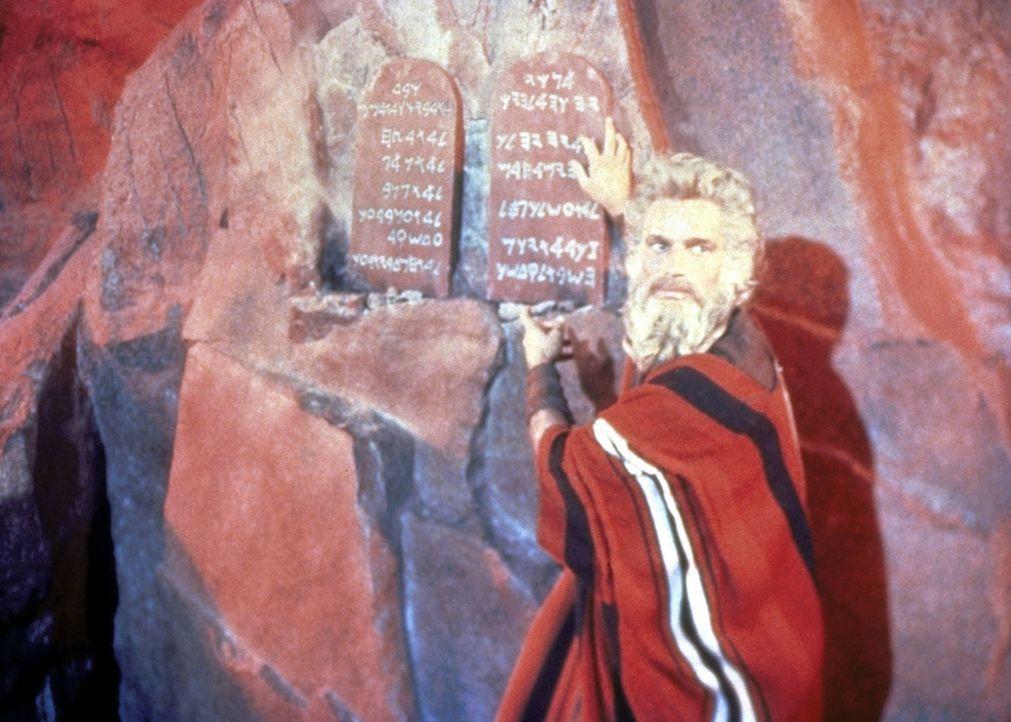 Nachdem Moses (Charlton Heston) die Zehn Gebote Gottes auf Steintafeln empfangen hat, verkündet er sie seinem Volk ... - Bildquelle: Paramount Pictures