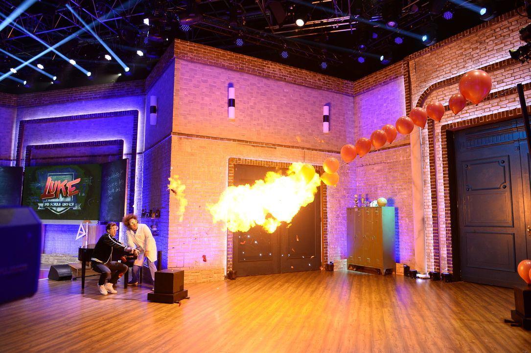 Beeindruckende Experimente im Studio: Luke Mockridge (l.) und Konrad Stöckel (r.) spielen mit dem Feuer. - Bildquelle: Willi Weber Sat.1/Willi Weber
