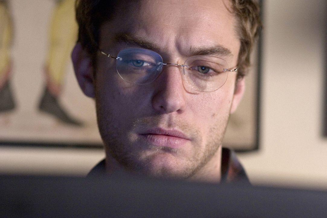 Der attraktive, aber erfolglose Schriftsteller Dan (Jude Law) hält sich als Verfasser von Nachrufen über Wasser ... - Bildquelle: Sony Pictures Television International. All Rights Reserved.