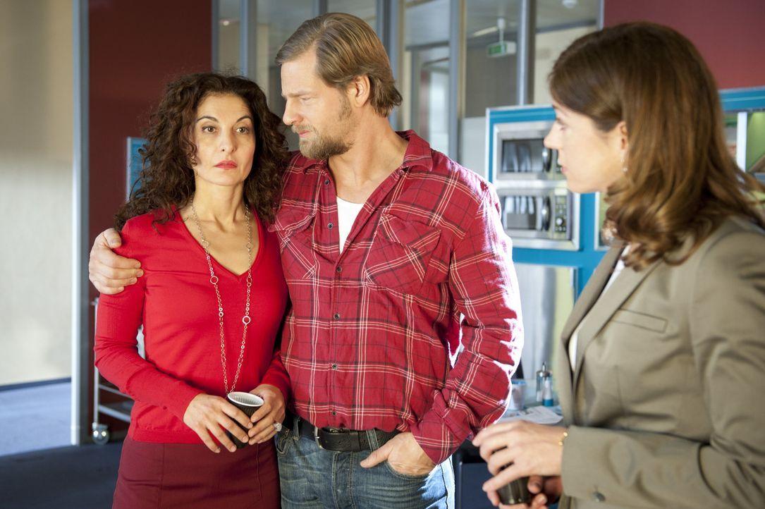 Um Tanjas (Proschat Madani, l.) Schwester Beate zu täuschen, gibt sich Mick (Henning Baum, M.) als Freund der Polizeipsychologin aus.  - Bildquelle: SAT.1