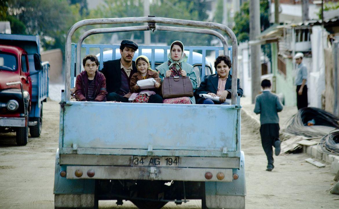 In den 1960er-Jahren machte sich Familie Yilmaz, Hüseyin (Fahri Ögün Yardim, 2.v.l.), Fatma (Demet Gül, 2.v.r.), Leyla (Aliya Artuc, M.), Muhame... - Bildquelle: 2011 ROXY FILM GMBH