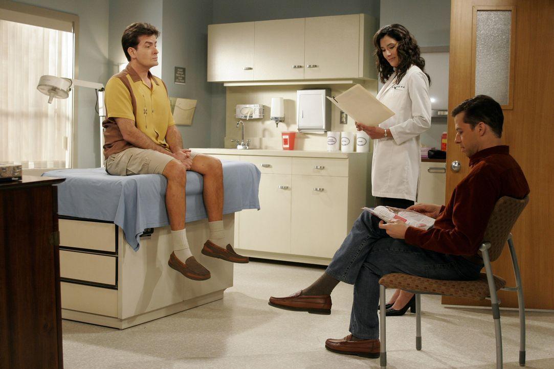 Während Charlie (Charlie Sheen, l.) und Alan (Jon Cryer, r.) auf die Ärztin (Alicia Coppola, M.) warten, bekommt Jake Nachhilfestunden im Kloputze... - Bildquelle: Warner Brothers Entertainment Inc.