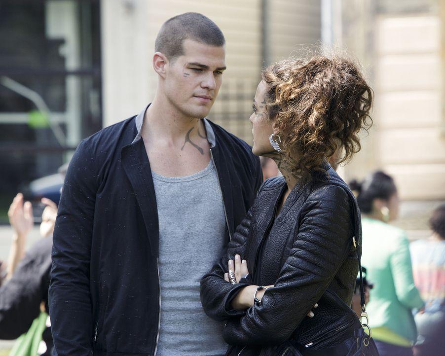 Noch ahnen Teri (Chelsea Gilligan, r.) und Drake (Greg Finley, l.) nicht, dass ihre Mission durch ein unerwartetes Gespräch gefährdet wird ... - Bildquelle: 2014 The CW Network, LLC. All rights reserved.