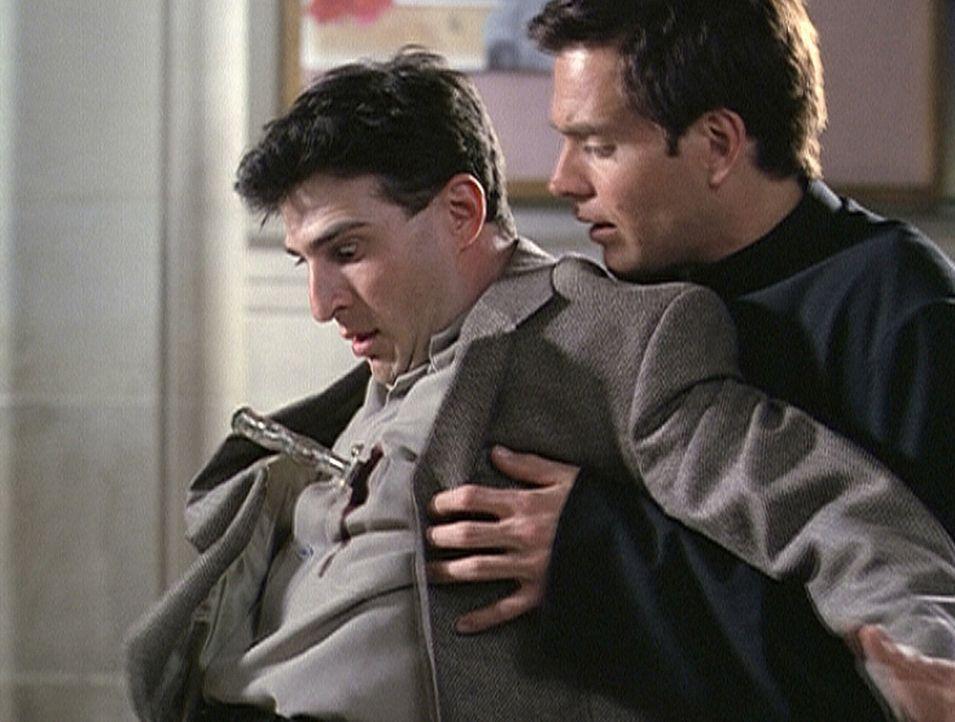 Paul (Nick Kokotakis, l.) ist von einem Pfeil tödlich getroffen worden. Sterbend liegt er in den Armen seines Halbbruders Brendan (Shawn Christian,... - Bildquelle: Paramount Pictures