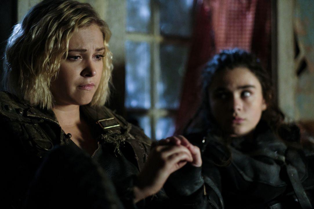 Clarke (Eliza Taylor, l.); Madi (Lola Flanery, r.) - Bildquelle: Robert Falconer 2018 The CW Network, LLC. All rights reserved./Robert Falconer