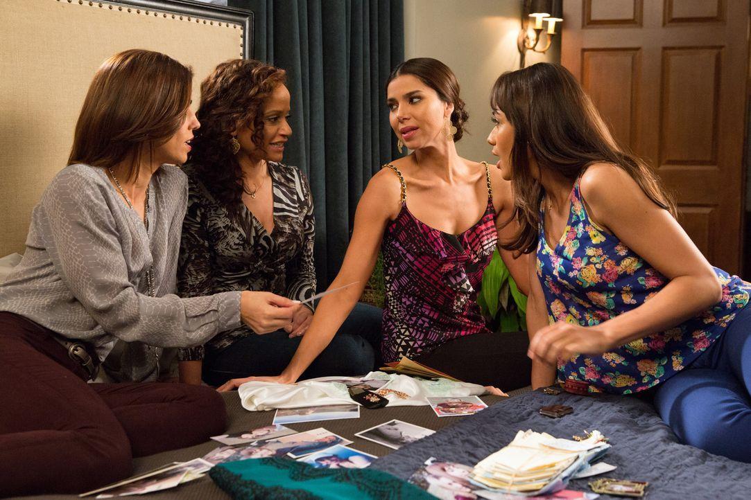Stöbern gemeinsam in Opals Sachen und machen einige interessante Entdeckungen: Marisol (Ana Ortiz, l.), Zoila (Judy Reyes, 2.v.l.), Carmen (Roselyn... - Bildquelle: 2014 ABC Studios