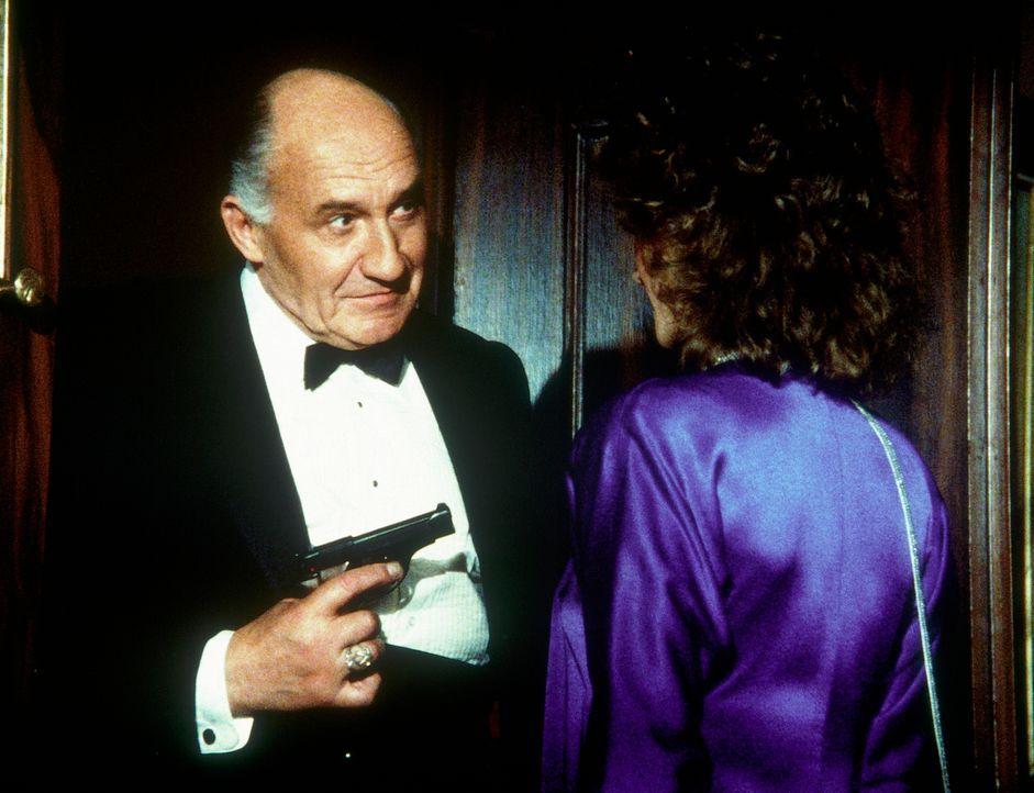 Hollander (Walter Gotell, l.) hat Amanda (Kate Jackson, r.) ertappt, die eine höchst verfängliche Unterredung belauscht hat. - Bildquelle: CBS Television