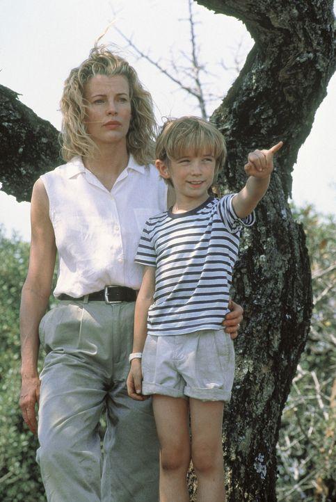 Kuki (Kim Basinger , l.) und ihr Sohn Emanuele (Liam Aiken , r.) sind fasziniert und beeindruckt von der wilden Schönheit des Landes ... - Bildquelle: Columbia Pictures