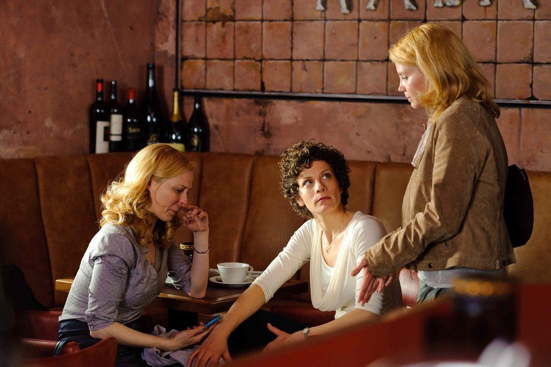 Katja (Anette Frier, r.), Barbara (Anna Schäfer, M.) und Kirsten (Astrid Posner, l.) waren beste Freundinnen, bis unter Katjas Namen eine E-Mail di... - Bildquelle: Willi Weber SAT.1