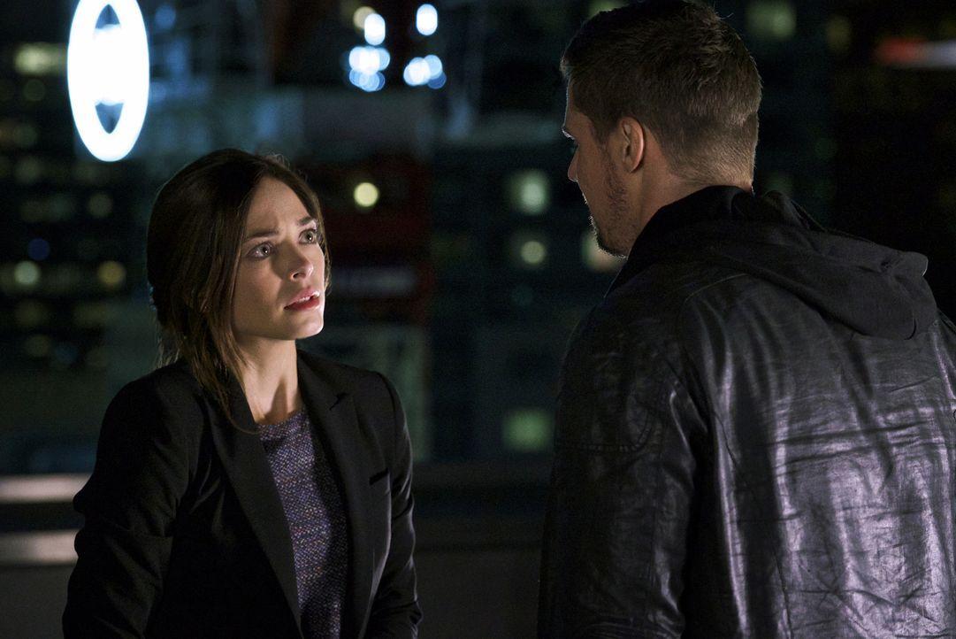 Cat (Kristin Kreuk, l.) macht sich Sorgen um Vincent (Jay Ryan, r.), dem nach der Tötung von Agent Hill das DHS dicht auf den Fersen ist. Doch auch... - Bildquelle: Michael Gibson 2016 The CW Network. All Rights Reserved.