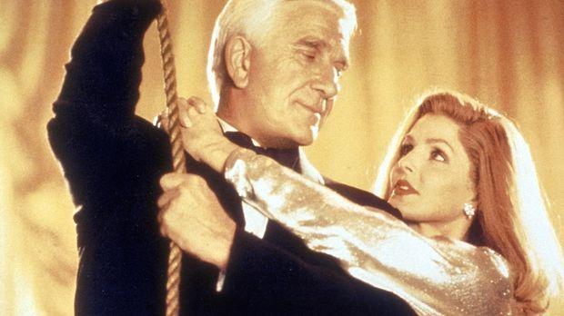 Einmal mehr rettet der tapfere Frank (Leslie Nielsen, l.) seine geliebte Frau...
