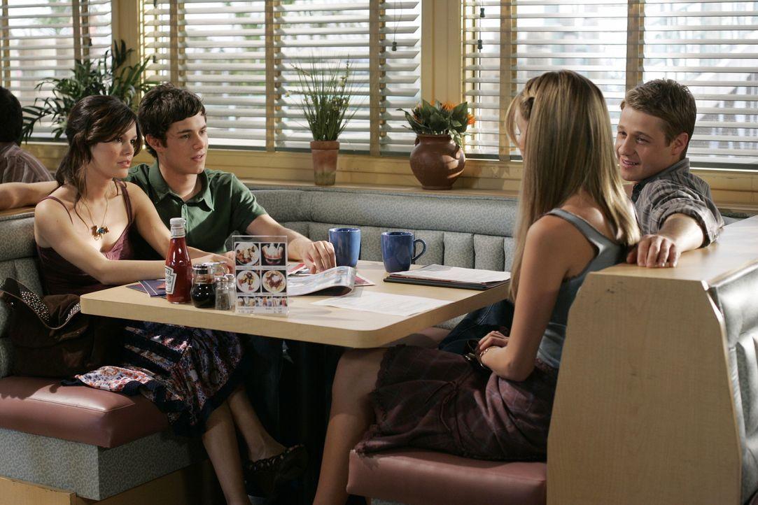 Verbringen einen gemeinsamen Abend: Marissa (Mischa Barton, 2.v.r.), Seth (Adam Brody, 2.v.l.), Summer (Rachel Bilson, l.) und Ryan (Benjamin McKenz... - Bildquelle: Warner Bros. Television