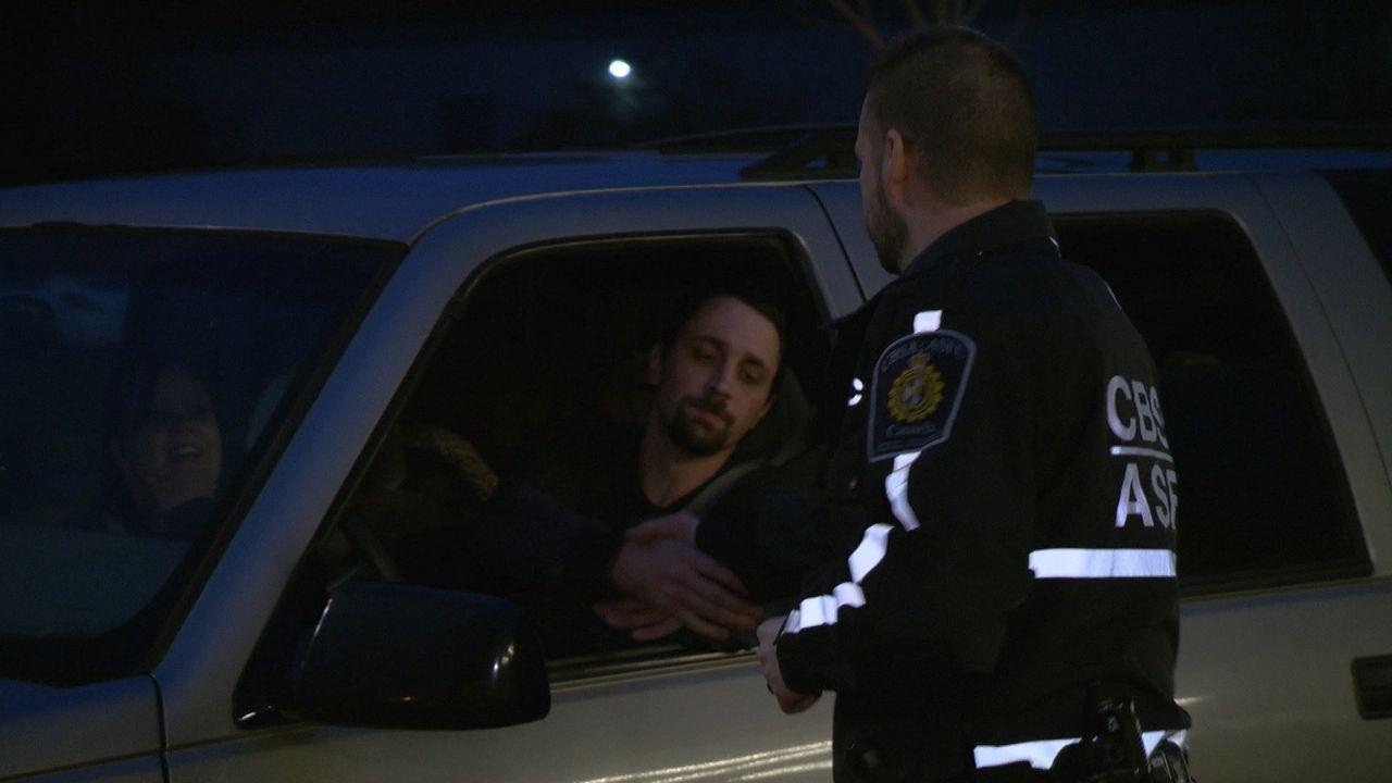 Ab und zu gibt es auch mal einen Händedruck für die Grenzgänger. - Bildquelle: Force Four Entertainment / BST Media 2 Inc.
