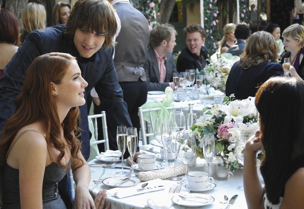 Auf der Hochzeit von Kiki versucht Cappie (Scott Michael Foster, l.), bei Robin (Anna Osceola, l.) zu landen. Er ahnt nicht, dass sie nur auf Frauen... - Bildquelle: 2009 DISNEY ENTERPRISES, INC. All rights reserved. NO ARCHIVING. NO RESALE.