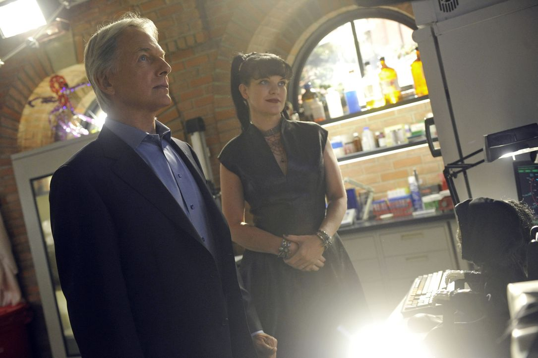 Der Fall, an dem Gibbs (Mark Harmon, l.) und Abby (Pauley Perrette, r.) arbeiten, nimmt plötzlich ein unerwartete Wendung ... - Bildquelle: Darren Michaels CBS Television