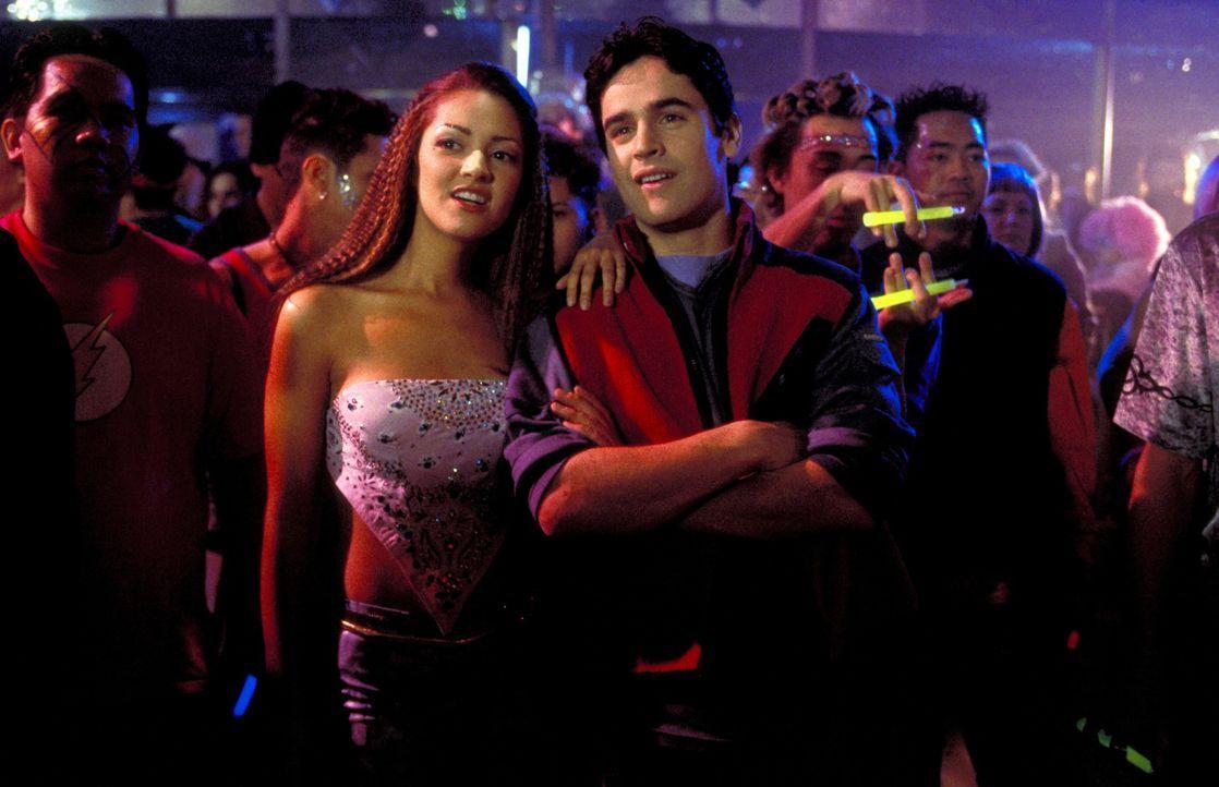 Zunächst nutzen Zak (Jesse Bradford, r.) und Francesca (Paula Garces, M.) jede Gelegenheit für Streiche, doch dann erfahren sie, dass Gangster Zaks... - Bildquelle: TM &   2001-2006 BY PARAMOUNT. ALL RIGHTS RESERVED