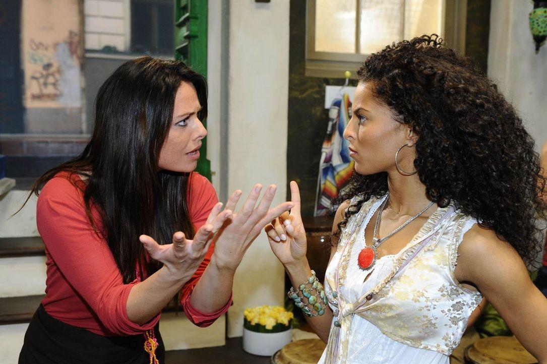 Geraten aneinander: Paloma (Maja Maneiro, l.) und Backpackerin Lina (Patricia Meeden, r.) ... - Bildquelle: SAT.1