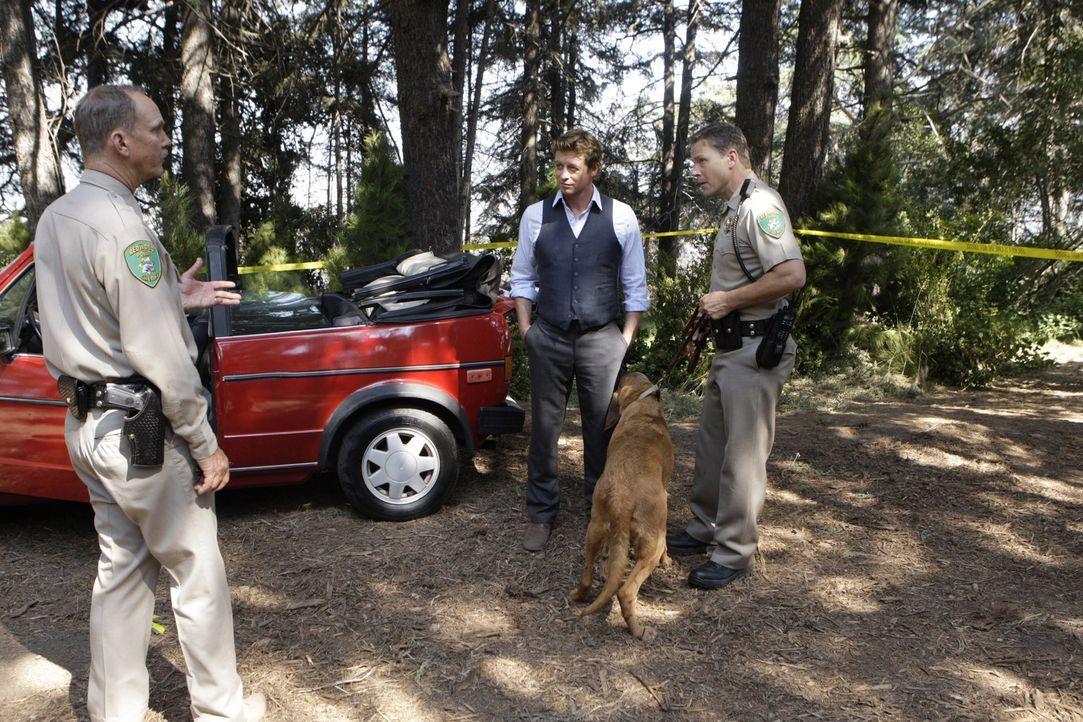 Die Ermittlungen laufen auf Hochtouren, doch kann Patrick Jane (Simon Baker, M.) mit Hilfe von Sheriff Nelson (Michael O'Neill, l.) und seinen Leute... - Bildquelle: Warner Bros. Television