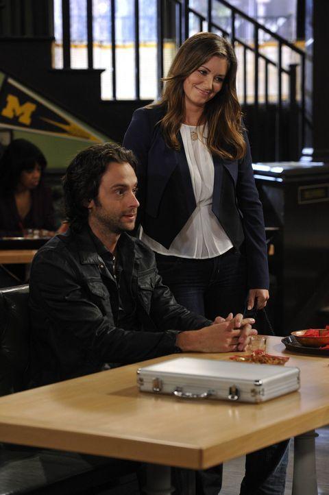 Da seine Schwester Leslie (Bianca Kaljich, r.) Justin mag, macht Danny (Chris D'Elia, l.) Anstalten, ihn nicht zu vergraulen ... - Bildquelle: Warner Brothers