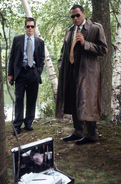 Die Cops Sean Devine (Kevin Bacon, l.) und Whitey Powers (Laurence Fishburne, r.) wissen, dass das Leben wie ein mystischer Fluss verläuft. Tief un... - Bildquelle: Warner Bros. Pictures