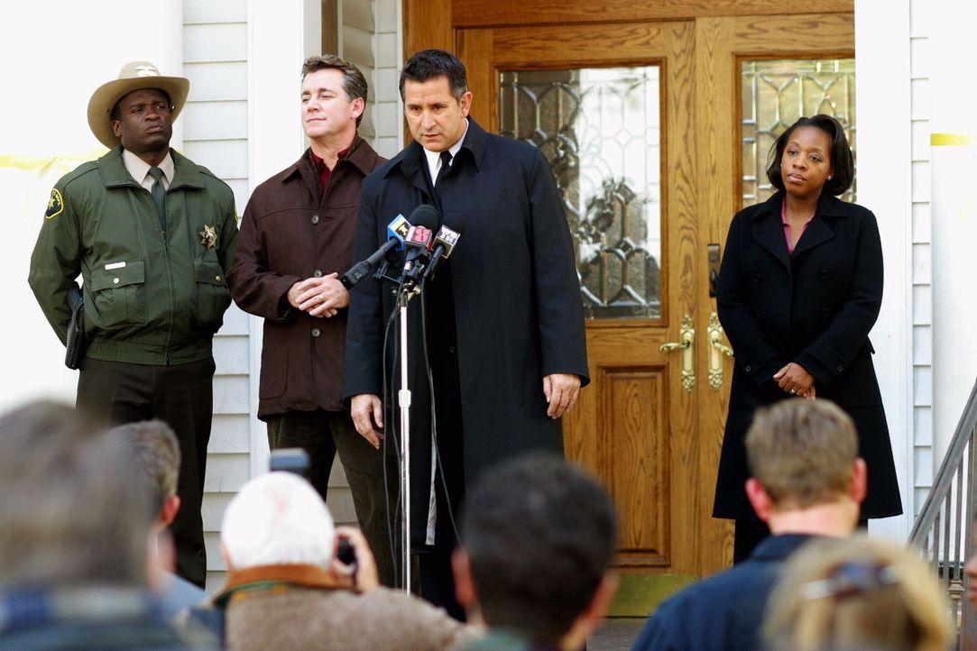 Jack Malone (Anthony LaPaglia, 2.v.l.) und sein FBI-Team sind auf der Suche nach der spurlos verschwundenen Annie ... - Bildquelle: Warner Bros. Entertainment Inc.