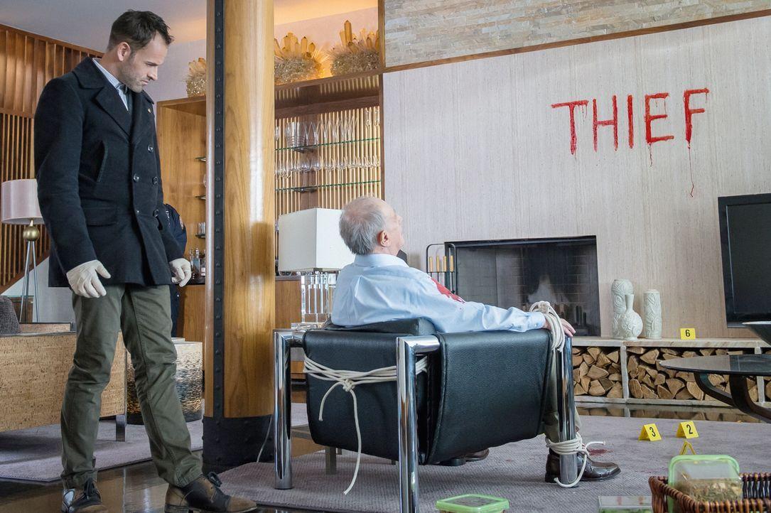 Der analytische Verstand von Sherlock Holmes (Jonny Lee Miller, l.) trägt wieder einmal dazu bei, den Tathergang genau rekonstruieren zu können - so... - Bildquelle: CBS Television