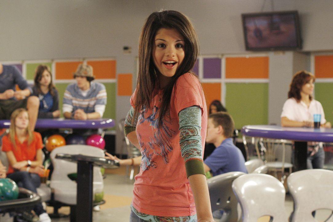 Nach und nach gelingt es Rosie, der burschikosen Carter (Selena Gomez) beizubringen, wie sich ein richtiges Mädchen verhält - mit durchschlagendem... - Bildquelle: Disney