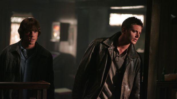 Sam (Jared Padalecki, l.) und Dean (Jensen Ackles, r.) hören eine Nachricht a...
