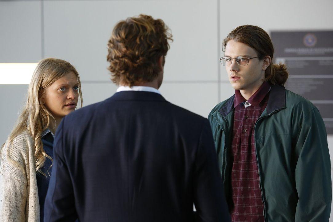 Als Gabriel (Alex Saxon, r.) mit seiner Schwester Ree (Anastasia Phillips, l.) beim FBI auftaucht und angibt, dass er hellseherische Kräfte hat, hof... - Bildquelle: Warner Bros. Television
