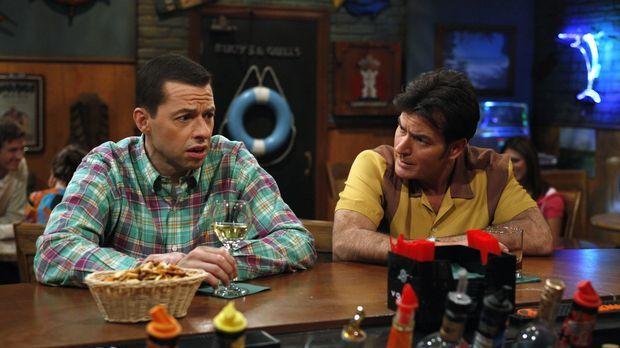 Charlie (Charlie Sheen, r.) hat sich vor Trauer um die Trennung von seiner Ve...