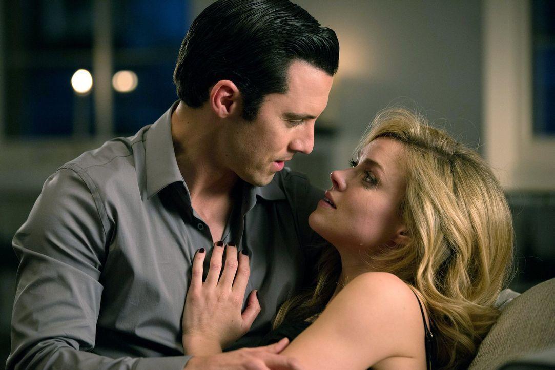 Ogre (Milo Ventimiglia, l.) macht sich Barbaras (Erin Richards, r.) Gefühle zunutze, während Bruce die Wahrheit über Wayne Enterprises erfährt ... - Bildquelle: Warner Bros. Entertainment, Inc.
