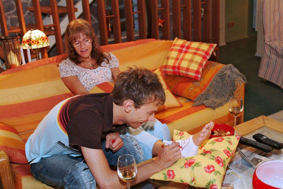 Romantische Momente: Jürgen (Oliver Bokern, vorne) malt Lisa (Alexandra Neldel, hinten) Herzchen auf die Bandage ihres verletzten Fußes. (Dieses Fot... - Bildquelle: Monika Schürle Sat.1