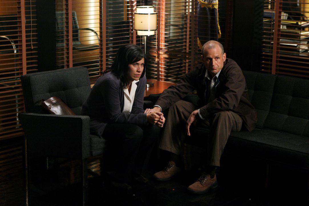 Nachdem ihr Sohn Tom sich geprügelt hat und danach verschwunden ist, werden Jim (Kirk B.R. Woller, r.) und Gail (Nancy McKeon, l.) zu einem Gespräch... - Bildquelle: Warner Bros. Entertainment Inc.