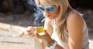 Viele Jugendliche rauchen heimlich, bis zur Volljährigkeit ist das per Gesetz...
