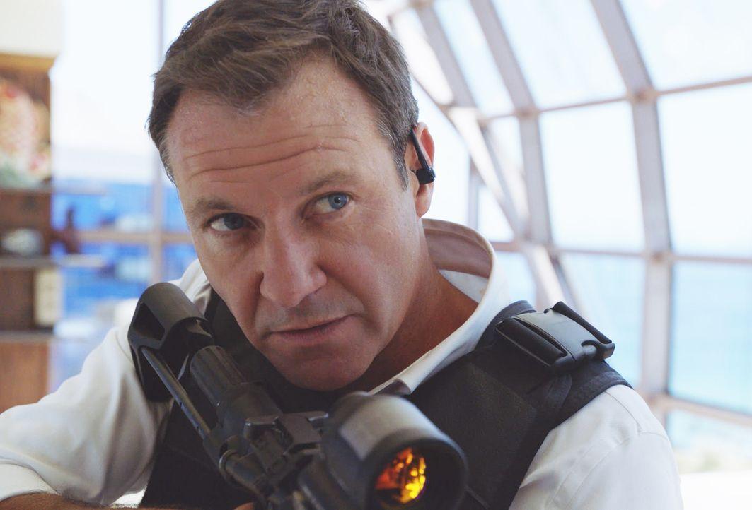 Trotz seines Ruhestands kann es der MI6 Spion Harry Langford (Chris Vance) einfach nicht lassen und begibt sich mit dem Hawaii Five-0 Team auf die J... - Bildquelle: 2017 CBS Broadcasting Inc. All Rights Reserved.