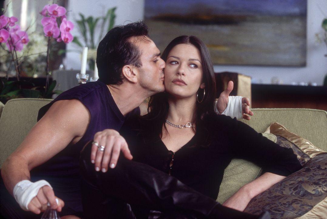 Bei den Dreharbeiten verliebt sich die eitle Gwen (Catherine Zeta-Jones, r.) in ihren exotischen Co-Star Hector (Hank Azaria, l.) ... - Bildquelle: 2004 Senator Film, alle Rechte vorbehalten.