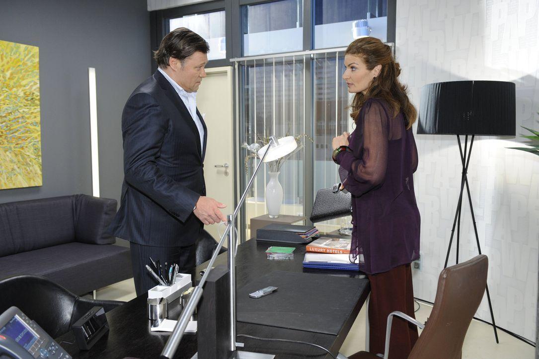 Richard (Robert Jarczyk, l.) ist etwas irritiert, als er feststellt, dass Natascha (Franziska Matthus, r.) SMS-Nachrichten von David erhält ... - Bildquelle: SAT.1