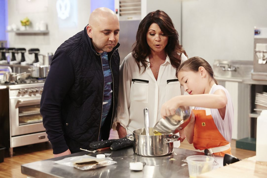 Ein schneller Blick in den Topf: Die Juroren Duff Goldman (l.) und Valerie Bertinelli (M.) bestaunen Emma Wensings (r.) Backkünste ... - Bildquelle: Greg Gayne 2015, Television Food Network, G.P. All Rights Reserved