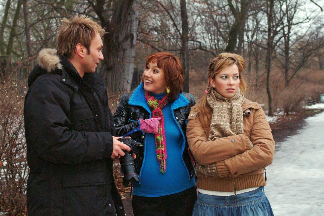 Hannah (Laura Osswald, r.) möchte endlich mit Marc (Jean-Marc Birkholz, l.) allein sein und Yvonne (Bärbel Schleker, M.) loswerden. - Bildquelle: Monika Schürle Sat.1