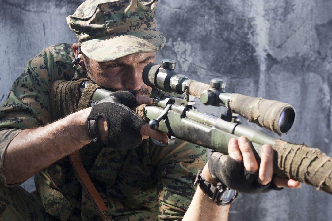 Nimmt seine Gegner voll ins Visier: Scharfschütze Richard Miller (Billy Zane) ... - Bildquelle: 2011 Sony Pictures Television Inc. All Rights Reserved.