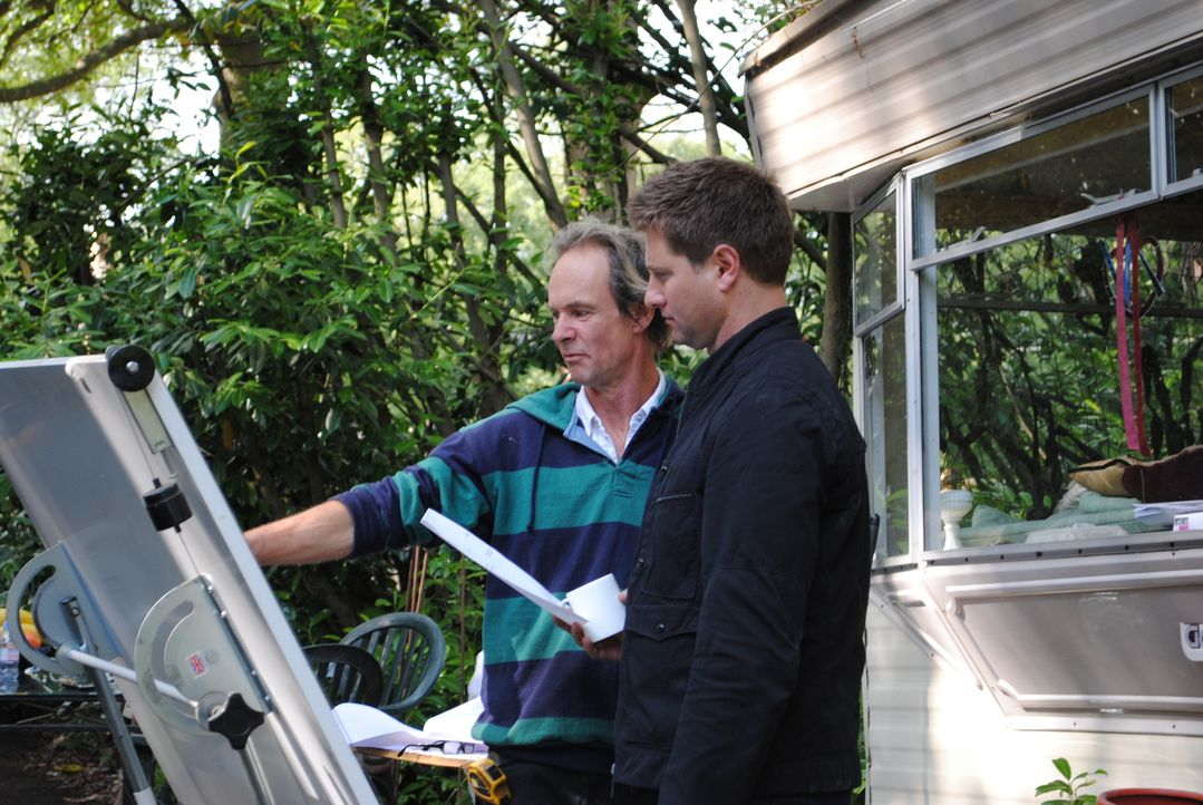 """Ein kreatives Paar rettet ein seit 50 Jahren ungenutztes Torhaus - für die Dauer der Restauration lebt es sogar in einem Wohnwagen. """"Der Retter der... - Bildquelle: Tiger Aspect Productions Ltd MMMXIV"""