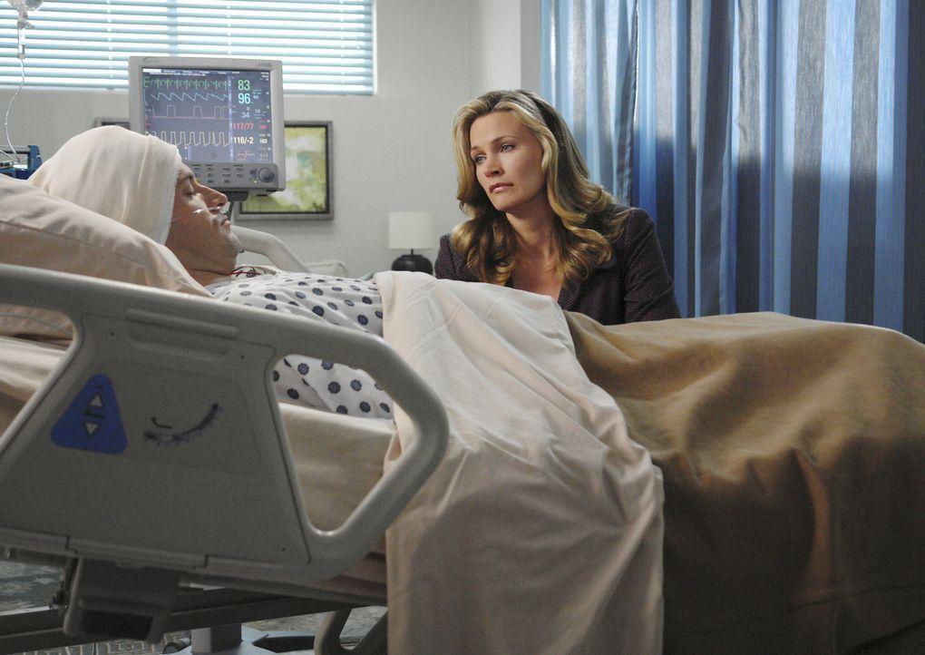Die Operation des Aneurysmas ist vollzogen: Taylor (Natasha Henstridge, r.) bangt darum, dass Eli (Jonny Lee Miller, l.) keine bleibenden Schäden ha... - Bildquelle: Disney - ABC International Television