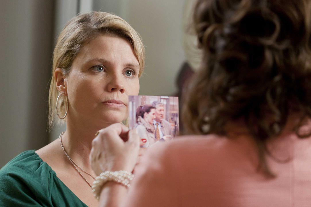 Um Oberbürgermeister Schade zur Vernunft zu bringen, schreckt Danni (Annette Frier, l.) vor nichts zurück - sie versucht seine Frau (Sabine Vitua, r... - Bildquelle: Frank Dicks SAT.1